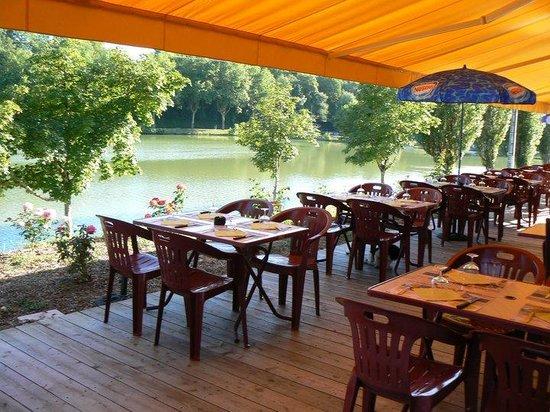 Les Pieds Dans l'Plat : La terrasse sur le bord du lac