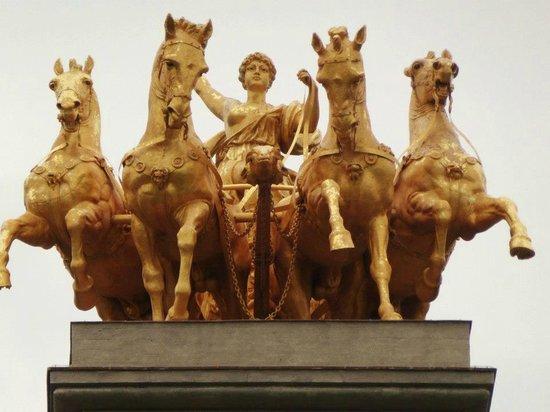 ปาร์คเดลาชิวตาเดลลา: Lovely gilded statues.