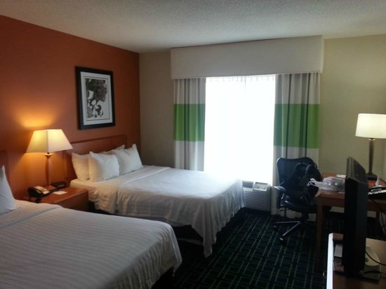 Fairfield Inn & Suites Elizabethtown: Standard full size room, looking in from door