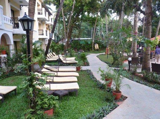 Phoenix Park Inn Resort: along side pool