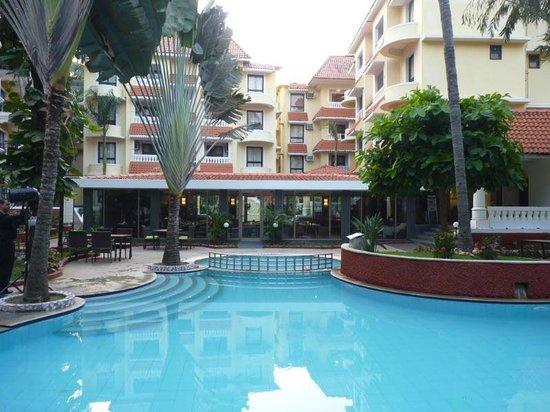 Phoenix Park Inn Resort: pool with dining room across