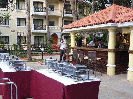 Phoenix Park Inn Resort: pool side bar/dining