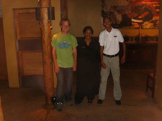 Solresors guide Daniel och personal på Kuzuko Lodge