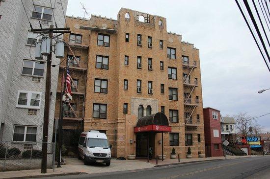 Ramada Jersey City: Hotelfront