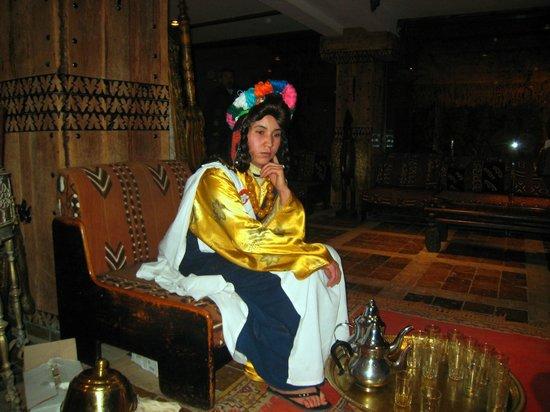 Hotel Xaluca Dades: ロビーにて、ミントティーを配る女性