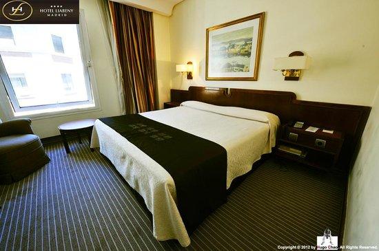 Hotel Liabeny: 舒適的雙人床以及我最喜愛的窗邊。