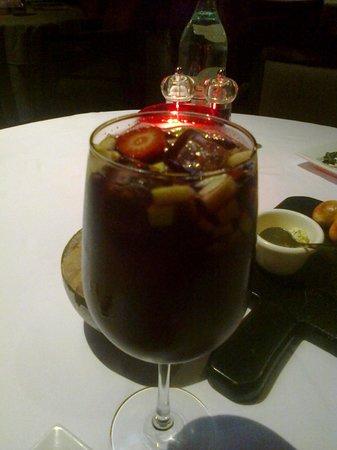 La Torrada: Bebida con frutas (manzana y fresa) y un toque de vino tinto.
