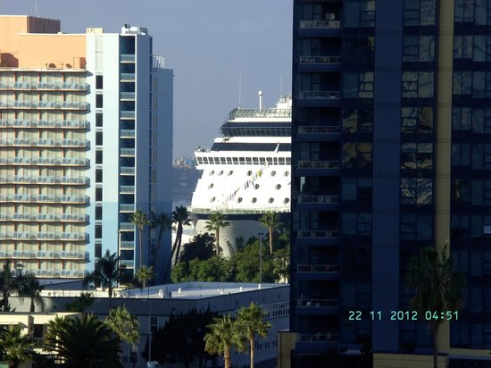 Best Western Plus Bayside Inn: Aussicht vom Zimmer auf ein Celebrity Schiff