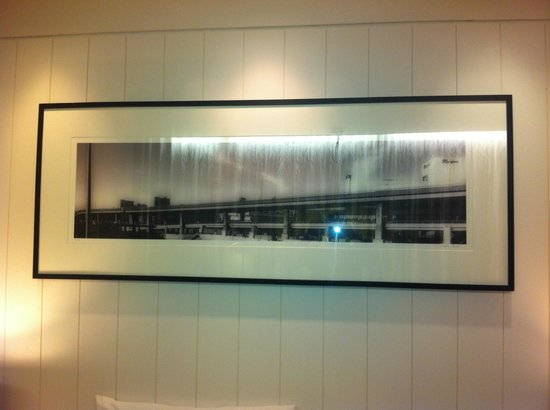 Clayton Hotel Chiswick: Panoramic view of the A4 above the bed!?
