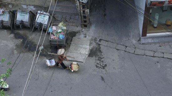 Hanoi Emotion Hotel: Улочка под окнами