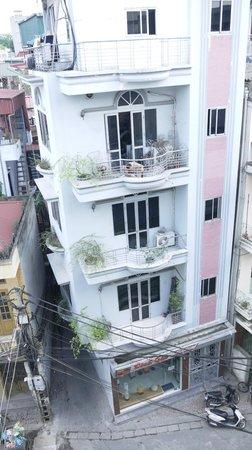 Hanoi Emotion Hotel: Здание напротив