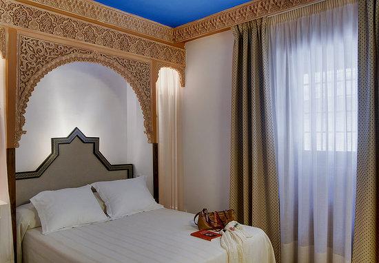 Apartamentos Muralla Ziri: Standard & Superior - Double bed bedroom