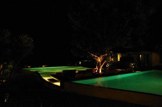 เทวาศรม หัวหิน รีสอร์ท: Pool at night