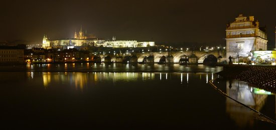 Smetana Hotel: Prague Castle/Charles Bridge from across the street from hotel