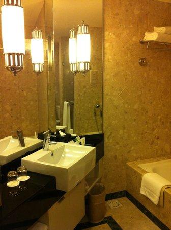 ซันเวย์รีสอร์ทโฮเต็ลแอนด์สปา: Bathroom has a nice large shower head.