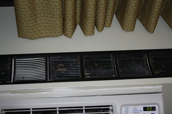 The Edgewater Hotel: Nasty AC/Heater Vent