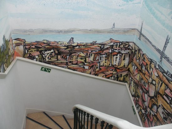 Go Hostel Lisbon: decoracion de escaleras
