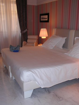 Grand Hotel Palace: Massive room and bed