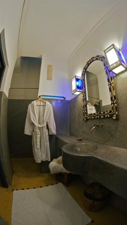 Riad Dar Oulhoum: bathroom/shower - suite marrakchi