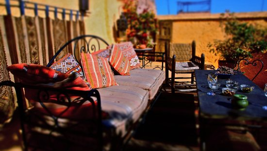 Riad Dar Oulhoum: lounge area on the roof terrace