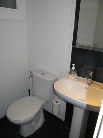 Hostal Q: Туалет