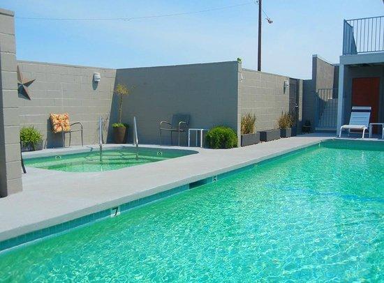 Desert Hot Springs Inn : Hot mineral water pool and spa.