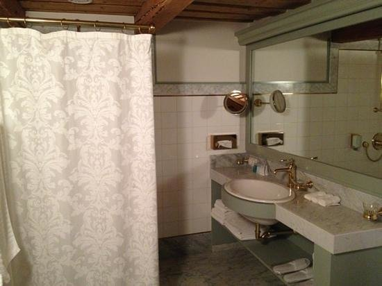 Antonius Hotel: bathroom, room 402