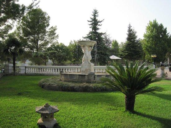 Hotel Mas El Cuquello: Fuente en el jardin