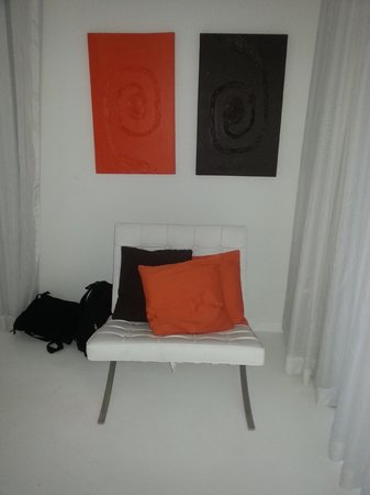 Le Cameleon Boutique Hotel: Minimalistic decoration, they change the colors each day