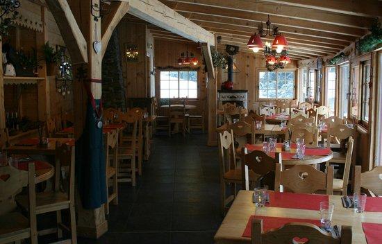 Laveissière, France : salle de restaurant