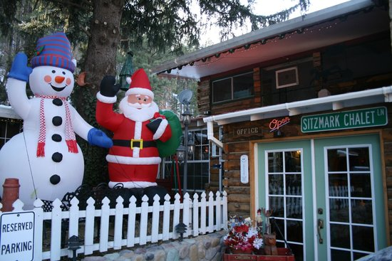 Sitzmark Chalet Inn: Welcoming family area outside