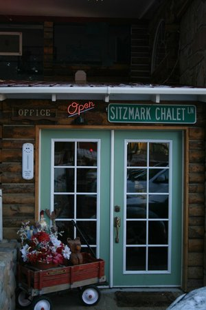 Sitzmark Chalet Inn: Front enrty to the office