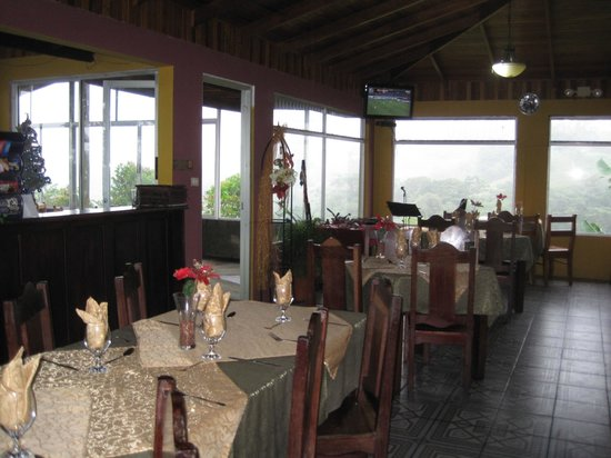 Cabinas El Castillo: Dining room overlooking lake