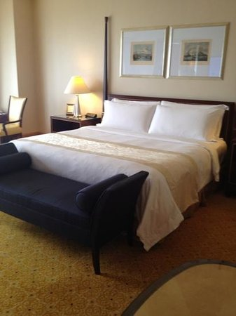 The Ritz-Carlton Jakarta, Mega Kuningan: king size bed
