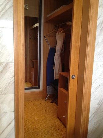 The Ritz-Carlton Jakarta, Mega Kuningan: walk in wardrobe