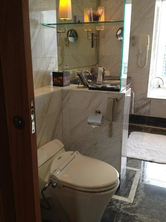 The Ritz-Carlton Jakarta, Mega Kuningan: toilet