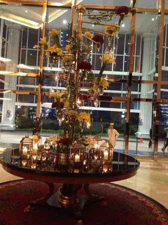 The Ritz-Carlton Jakarta, Mega Kuningan : beautiful flora arrangment at lobby