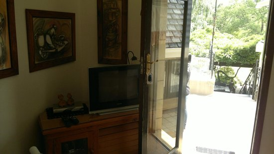Fort Amity B&B: Entrance / TV Room