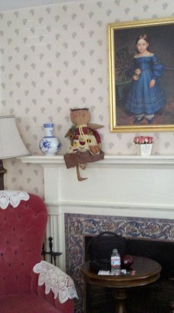 Morning Glory Bed & Breakfast: Our nedroom with the creepy dolls! Loved it!