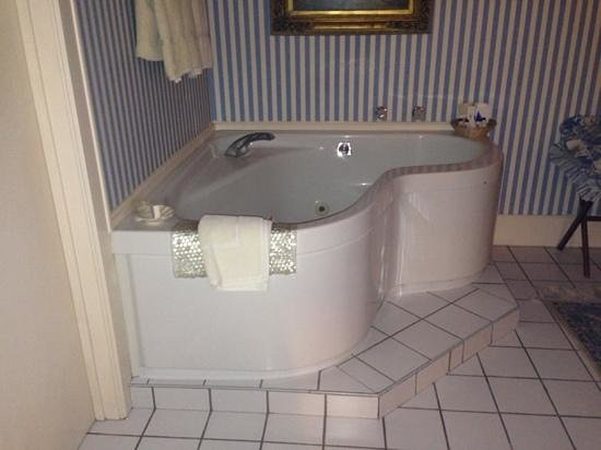 Tara - A Country Inn: large jacuzzi tub