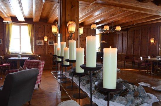 Hotel Grimsel Hospiz: vista de un trozo de la sala de estar tocar el piano jugar a un juego de mesa lectura o tertulia