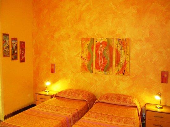 B&B La Giara - Nicolosi - Etna - camera arancione con letti singoli