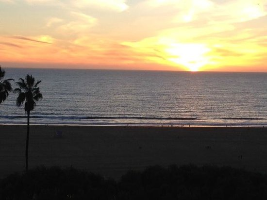 Hotel Shangri-La Santa Monica: The sun setting on another beautiful day in Santa Monica.
