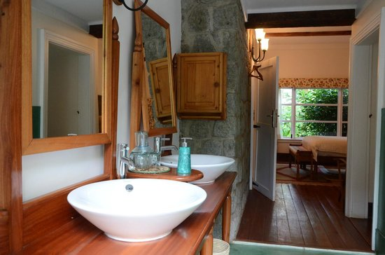 Gibb's Farm: Bathroom