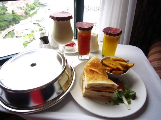 Sheraton Hanoi Hotel: Room service! Yumm
