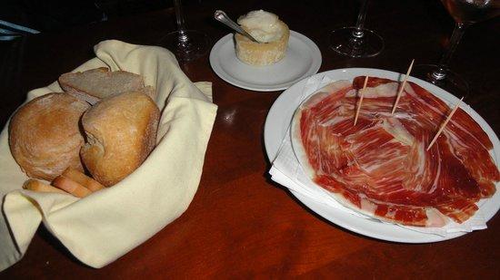 Alfaia Garrafeira: Queijo, pão, presunto e vinho....tudo de muito bom.....