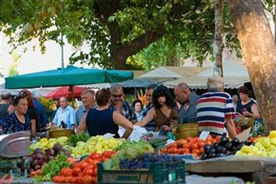 Zephyrus Boutique Accommodation: fruit and vegetable market