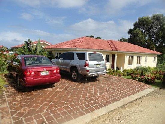 Residencial Casa Linda: Parqueo de la Villa