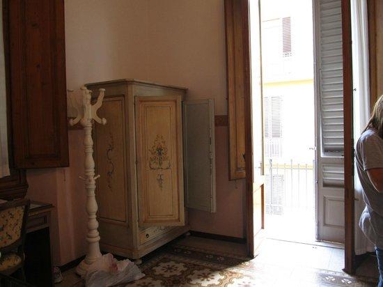 Hotel Desiree: closet