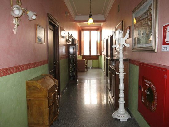 Hotel Desiree: hallway
